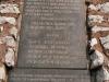 Спомен плоча на споменику на Градини