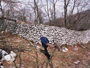 Veliki-kameni-zidovi-u-zaseoku-Zaboj-od-kamena-za-koji-se-pretpostavlja-da-poticu-od-rimskog-utvrdjenja-na-vrhu-Gradine